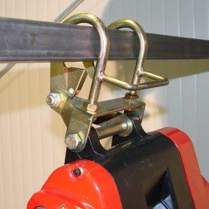 Montage einer Seilwinde mit Befestigungshaken